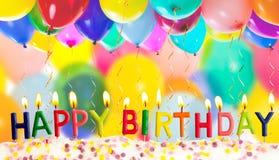 Gelukkige verjaardag aangestoken kaarsen op kleurrijke ballons royalty-vrije stock afbeelding