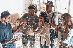 Gelukkige verjaardag! Hoogste mening van gelukkige jonge mens het vieren verjaardag Royalty-vrije Stock Foto's