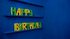 Gelukkige Verjaardag van gevoelde brieven op blauwe achtergrond stock footage