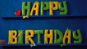 Gelukkige Verjaardag van gevoelde brieven op blauwe achtergrond stock videobeelden