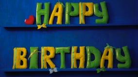Gelukkige Verjaardag van gevoelde brieven op blauwe achtergrond stock video