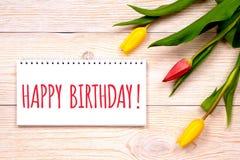Gelukkige verjaardagsachtergrond, groeten met tulpen Stock Afbeeldingen