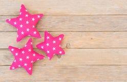 Gelukkige Verjaardagsachtergrond met drie roze sterren op hout Stock Fotografie