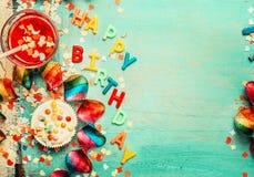 Gelukkige verjaardagsachtergrond met van letters voorziende, rode decoratie, cake en dranken, hoogste mening, plaats voor tekst Royalty-vrije Stock Afbeeldingen