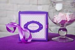 Gelukkige verjaardagsdecoratie Één Jaar Decoratieve doos met lint Stock Fotografie