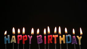 Gelukkige verjaardagskaarsen die uit worden geblazen stock footage