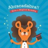 Gelukkige verjaardagskaart met het abracadabra van het leeuwbeeldverhaal Stock Foto