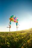 Gelukkige verjaardagsvrouwen tegen de hemel met regenboog-gekleurde luchtbedelaars Royalty-vrije Stock Fotografie