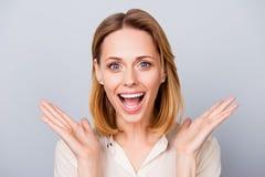 Gelukkige verraste jonge dame die en haar handen houden dichtbij c lachen royalty-vrije stock foto's