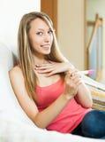 Gelukkige verraste vrouw met zwangerschapstest Royalty-vrije Stock Foto