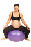 Gelukkige verwachtende vrouw op pilatesbal Stock Foto's