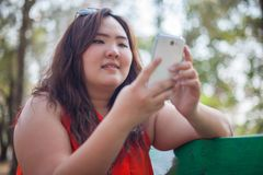 Gelukkige vettige vrouw die mobiele telefoon met behulp van royalty-vrije stock afbeeldingen