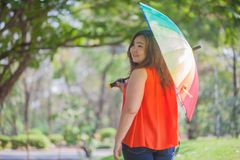 Gelukkige vettige vrouw met paraplu royalty-vrije stock fotografie