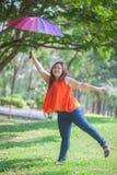 Gelukkige vettige vrouw met paraplu Stock Fotografie