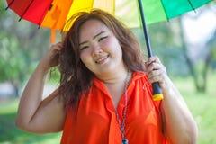 Gelukkige vettige vrouw met paraplu royalty-vrije stock foto