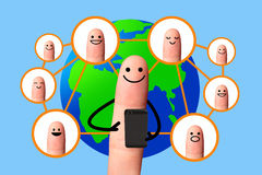 Gelukkige vinger die mobiele telefoon met wereldkaart met behulp van, Sociaal netwerkconcept. Stock Fotografie