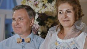 Gelukkige volwassen bruidegom met mooie volwassen bruid stock videobeelden