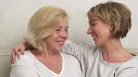 Gelukkige volwassen dochter en bejaarde moeder stock video