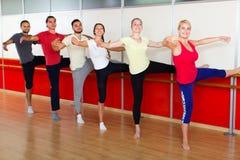 Gelukkige volwassenen die leren te dansen ballet Royalty-vrije Stock Afbeelding