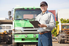 Gelukkige vrachtwagenchauffeur die op document schrijven Stock Afbeeldingen