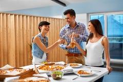 Gelukkige Vrienden bij Partij het Vieren Vakantie Vriendschap, Vrije tijd, Royalty-vrije Stock Afbeeldingen