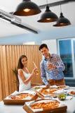 Gelukkige Vrienden bij Partij het Vieren Vakantie Vriendschap, Vrije tijd, Stock Foto's