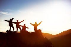 Gelukkige vrienden bij zonsondergangbergen royalty-vrije stock foto
