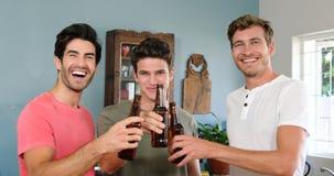 Gelukkige vrienden die bieren drinken stock videobeelden