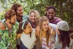 Gelukkige vrienden die bij camera glimlachen Stock Afbeeldingen