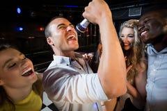 Gelukkige vrienden die bij de karaoke zingen royalty-vrije stock foto
