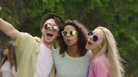 Gelukkige vrienden die bij partij, selfie, het hebben van pret en het lachen dansen die samen nemen stock videobeelden
