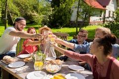 Gelukkige vrienden die diner hebben bij de partij van de de zomertuin Stock Foto's