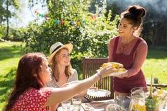 Gelukkige vrienden die diner hebben bij de partij van de de zomertuin Royalty-vrije Stock Afbeeldingen