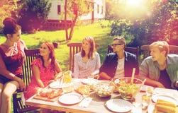 Gelukkige vrienden die diner hebben bij de partij van de de zomertuin Royalty-vrije Stock Afbeelding