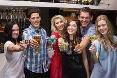Gelukkige vrienden die een drank hebben samen Stock Foto's