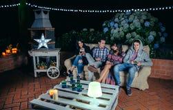 Gelukkige vrienden die en pret in een partij drinken hebben stock afbeeldingen