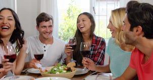 Gelukkige vrienden die gezonde lunch met wijn hebben stock video