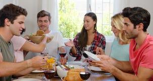 Gelukkige vrienden die gezonde lunch met wijn hebben stock videobeelden
