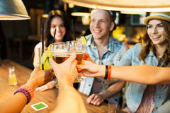 Gelukkige vrienden die glazen clinking bij bar of bar Royalty-vrije Stock Fotografie