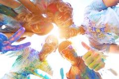 Gelukkige vrienden die het gelukkige festival van de holivakantie vieren stock foto