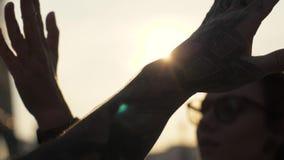 Gelukkige vrienden die hoogte vijf geven aan hand tijdens tijdens afscheid of het begroeten stock footage