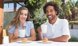 Gelukkige vrienden die koffie hebben samen Royalty-vrije Stock Fotografie