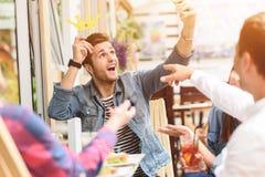 Gelukkige vrienden die lunch in koffie hebben Stock Foto