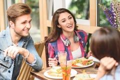 Gelukkige vrienden die lunch in koffie hebben Royalty-vrije Stock Afbeelding