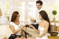 Gelukkige vrienden die met champagne vieren Stock Foto