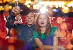 Gelukkige vrienden die op film in theater letten royalty-vrije stock afbeelding