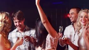 Gelukkige vrienden die samen dansen stock videobeelden