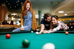 Gelukkige vrienden die spelend pool genieten van royalty-vrije stock fotografie