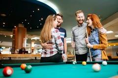 Gelukkige vrienden die spelend pool genieten van royalty-vrije stock foto's