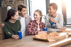 Gelukkige vrienden die tijd samen met pizza en sodadranken doorbrengen Royalty-vrije Stock Afbeelding